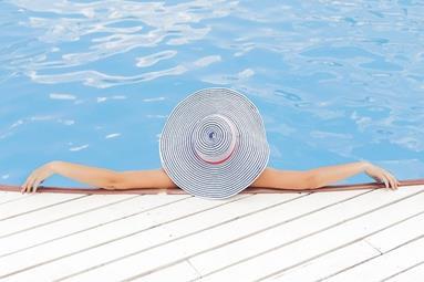 femme_au_bord_de_la_piscine