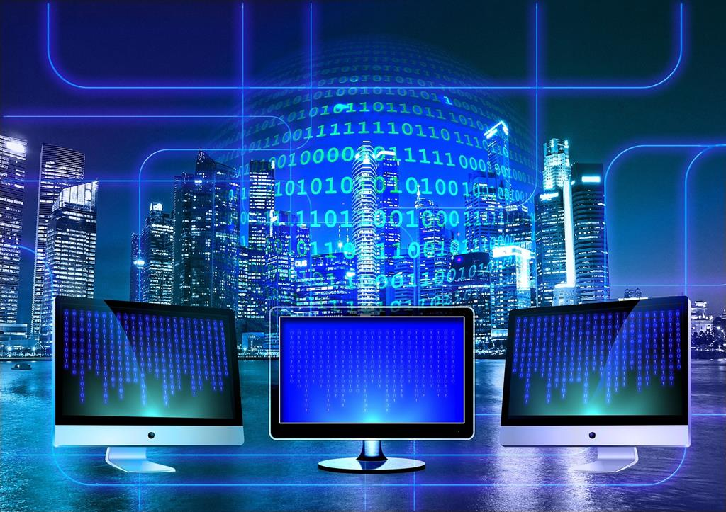 ordinateurs_ouverts_sur_le_monde