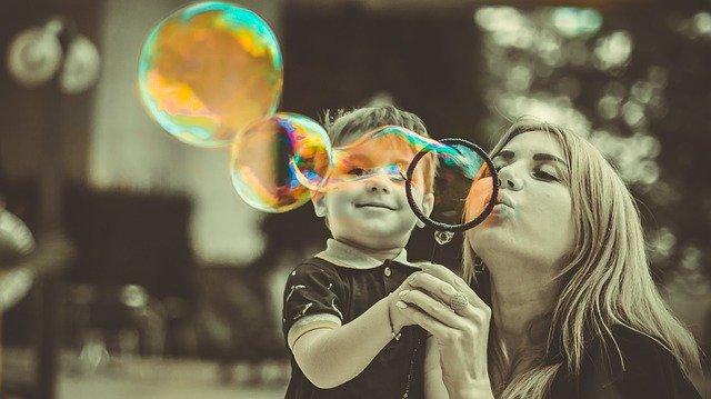 une_mere_et_son_fils_font_des_bulles