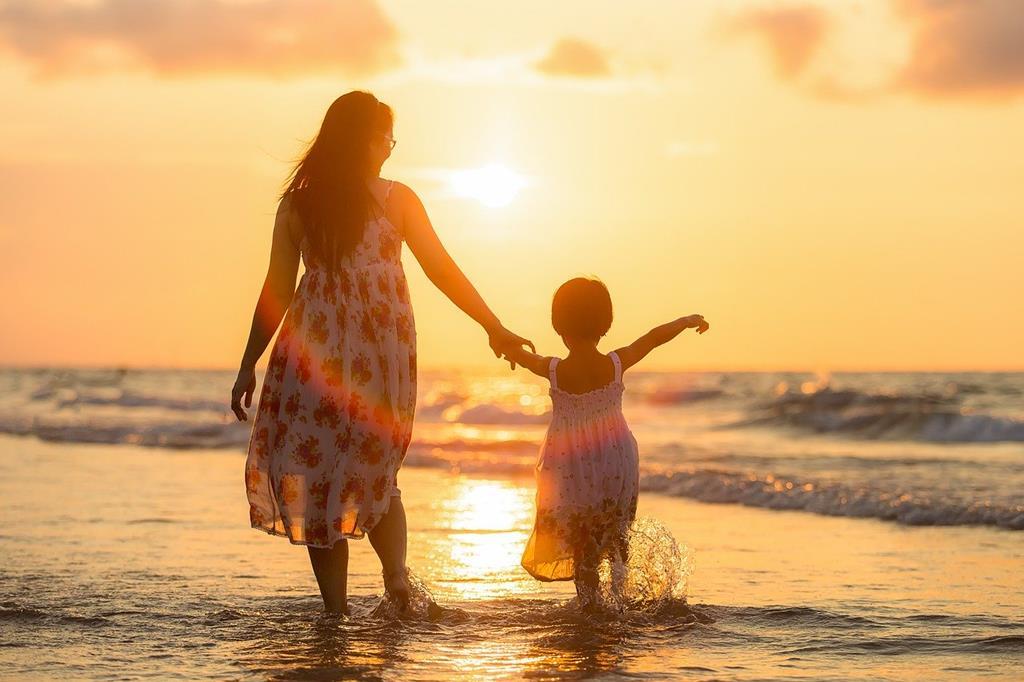 une_mère_et_sa_fille_devant_un_coucher_de_soleil