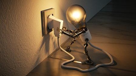 une_ampoule_banche_une_prise_de_courant
