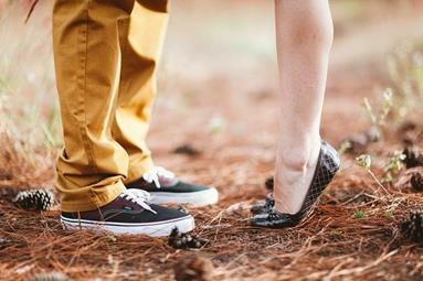 pieds_de_deux_personnes_qui_sembrassent
