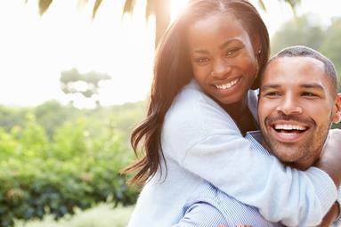 un_couple_qui_se_prend_dans_les_bras